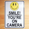 看板/プラサインボード カメラがあるので笑顔で(万引き監視中) Smile! You're on Camera